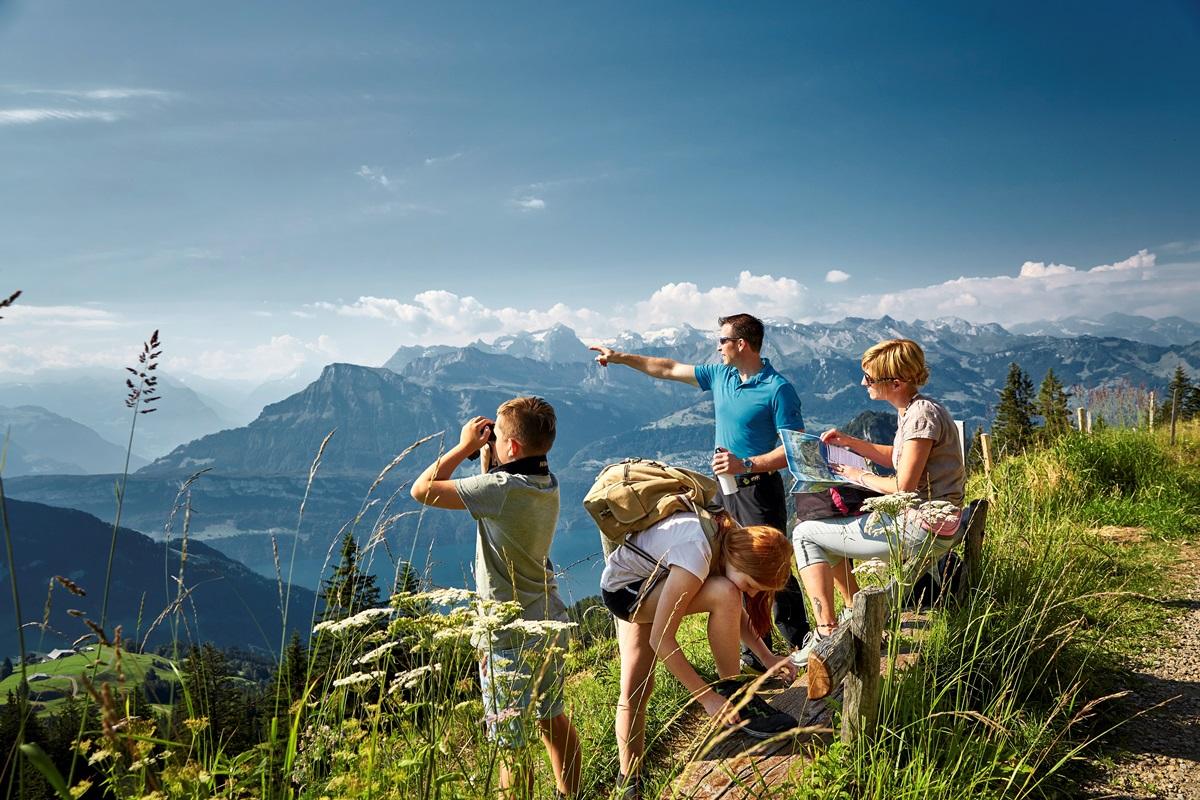 eine Familie geniesst die Aussicht auf der Rigi