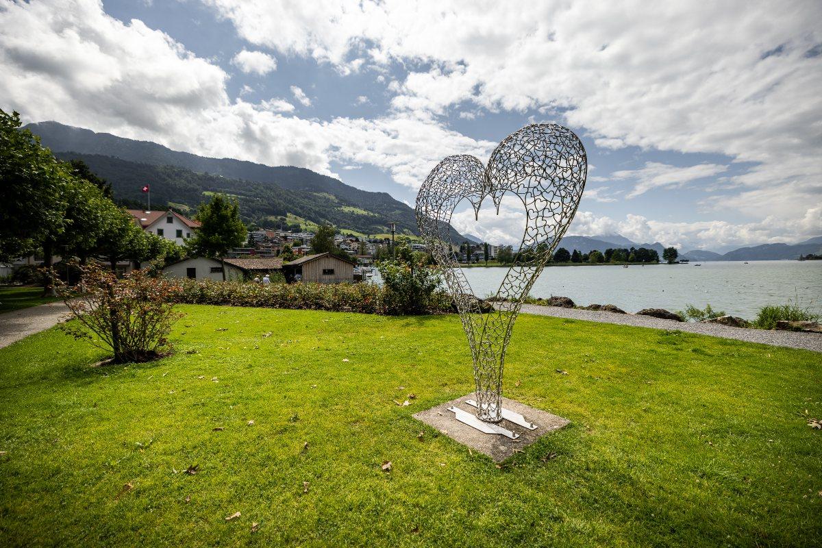 Ein Kunstwerk ziert die Seepromenade in Küssnacht am Rigi