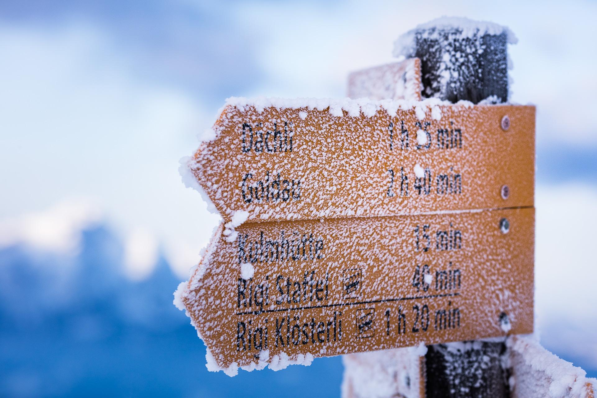 Ein verschneiter Wegweiser auf der Rigi