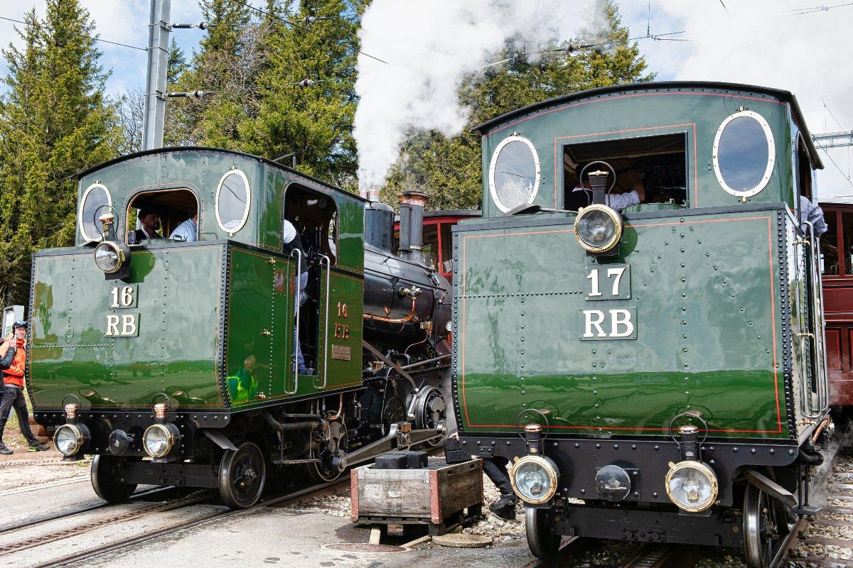 Fahrzeugparade mit den Dampflokomotiven 16 & 17